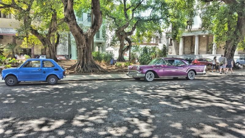 Typowy widok na ulicach Hawany. Popularne Maluchy zaparkowane obok starych, amerykańskich aut
