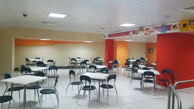 Wnętrze jedynej restauracji w międzynarodowym porcie lotniczym w Varadero przypomina raczej studencką stołówkę.